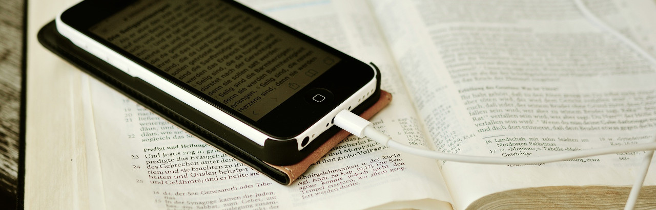 Handy mit Bibeltext auf Bibel. Die Predigt als MP3-Download